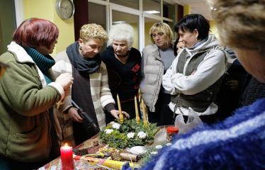 """Naujųjų Elmininkų bendruomenėje """"Advento popietė"""" - Tvirtinamos žvakės prie šventinio vainiko"""