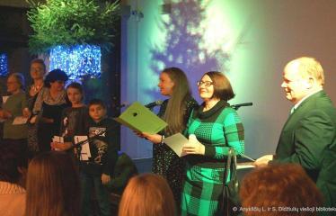 Knygos šventė (2018) / Bibliotekos bičiulių diena - Bibliotekos direktorius R. Kutka įteikia apdovanojimus skaitytojams