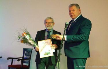 Knygos šventė (2018) / Antano Baranausko literatūrinės premijos įteikimo vakaras - Kęstutis Tubis teikia A. Baranausko literatūrinę premiją Vladui Braziūnui