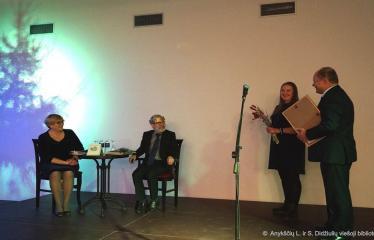 Knygos šventė (2018) / Antano Baranausko literatūrinės premijos įteikimo vakaras - Rašytoją sveikina viešosios bibliotekos direktorius Romas Kutka