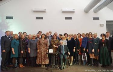 Knygos šventė (2018) / Antano Baranausko literatūrinės premijos įteikimo vakaras - Vladas Braziūnas su draugais ir kolegomis