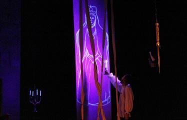 """Teresės Mikeliūnaitės kultūros premijos laureato Jono Buziliausko pagerbimo vakaras / Raimundo Samulevičiaus """"Karūna ir smėlis"""" (rež. Jonas Buziliauskas)  - Barboros Radvilaitės portretas"""