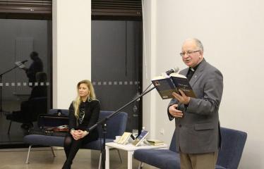"""Kunigo ROBERTO GRIGO poezijos knygos """"Dangus ir dykuma"""" pristatymas - Smuikininkė Lijana Žiedelytė ir kunigas Robertas Grigas"""