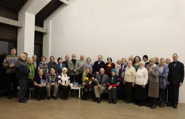 """Kunigo ROBERTO GRIGO poezijos knygos """"Dangus ir dykuma"""" pristatymas - Kunigas - poetas Robertas Grigas su renginio svečiais"""