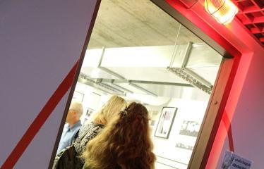 """Skulptoriaus Romualdo Inčirausko medalio """"Mano vaikystės fotografas"""" perdavimas Izidoriaus Girčio muziejui Bibliotekoje - Svečiai"""