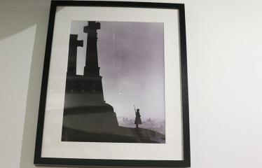 """Skulptoriaus Romualdo Inčirausko medalio """"Mano vaikystės fotografas"""" perdavimas Izidoriaus Girčio muziejui Bibliotekoje - Ekspozicija"""