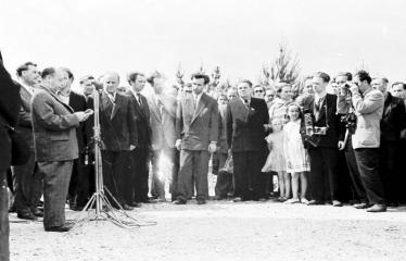 """Fotokonkursas """"Anykščiai ir apylinkės"""" (1958) - J. Biliūno antkapinio paminklo atidengimo šventė"""