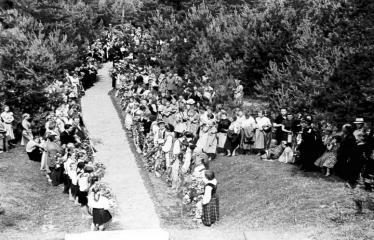 """Fotokonkursas """"Anykščiai ir apylinkės"""" (1958) - Iškilmių dalyviai prie J. Biliūno kapo"""