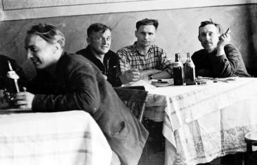"""Fotokonkursas """"Anykščiai ir apylinkės"""" (1958) - Arbatinėje A. Baranausko aikštėje"""