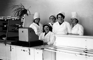 """Fotokonkursas """"Anykščiai ir apylinkės"""" (1973) - Anykščių miesto valgyklos darbuotojos"""