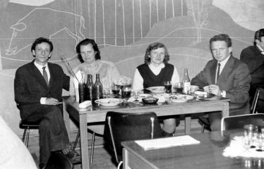 """Fotokonkursas """"Anykščiai ir apylinkės"""" (1973) - Anykštėnai prie staliuko restorane"""