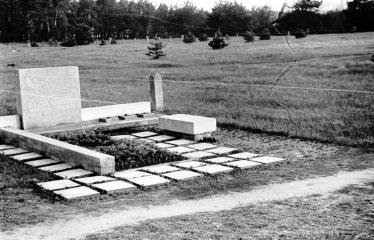 """Fotokonkursas """"Anykščiai ir apylinkės"""" (1973) - Kapas Anykščių kapinėse"""