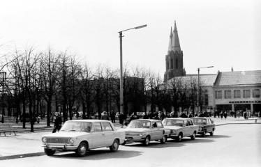 """Fotokonkursas """"Anykščiai ir apylinkės"""" (1973) - Mašinos A. Baranausko aikštėje"""