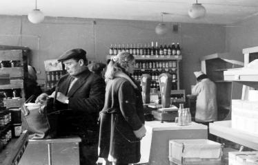 """Fotokonkursas """"Anykščiai ir apylinkės"""" (1973) - Anykščių parduotuvėje"""