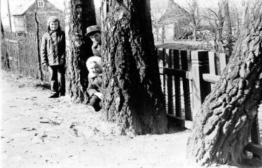 """Fotokonkursas """"Anykščiai ir apylinkės"""" (1973) - Vaikai istorinėje Baranauskų sodyboje"""