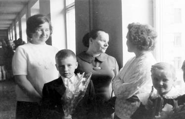 """Fotokonkursas """"Anykščiai ir apylinkės"""" (1975) - Mamos ir vaikai Rugsėjo-1-ąją"""