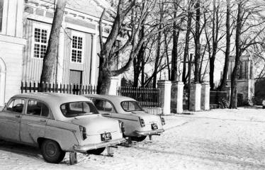 """Fotokonkursas """"Anykščiai ir apylinkės"""" (1975) - Mašinos prie Raguvėlės bažnyčios"""