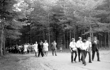 """Fotokonkursas """"Anykščiai ir apylinkės"""" (1975) - Mokiniai ir mokytojai pakeliui prie J. Biliūno kapo"""