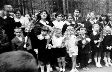 """Fotokonkursas """"Anykščiai ir apylinkės"""" (1975) - Mokiniai Rugsėjo 1-ąją prie J. Biliūno kapo"""