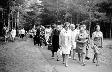"""Fotokonkursas """"Anykščiai ir apylinkės"""" (1975) - Mokytojai Rugsėjo 1-ąją"""