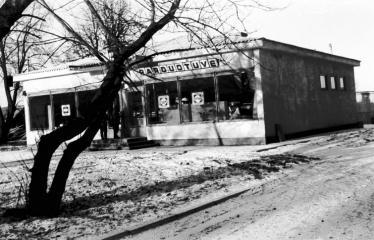 """Fotokonkursas """"Anykščiai ir apylinkės"""" (1975) - Raguvėlės parduotuvė"""