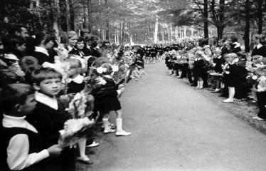 """Fotokonkursas """"Anykščiai ir apylinkės"""" (1975) - Rugsėjo 1-osios kolonos"""