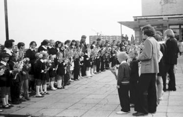 """Fotokonkursas """"Anykščiai ir apylinkės"""" (1975) - Rugsėjo 1-osios rikiuotė"""