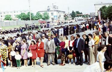 """Fotokonkursas """"Anykščiai ir apylinkės"""" (1975) - Vasaros šventė - eisena aikštėje"""