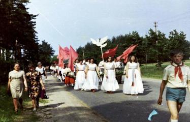 """Fotokonkursas """"Anykščiai ir apylinkės"""" (1975) - Vasaros šventė - eisena ties šileliu"""