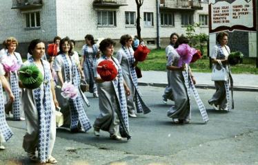 """Fotokonkursas """"Anykščiai ir apylinkės"""" (1975) - Vasaros šventė - eisenoje choristės"""