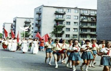 """Fotokonkursas """"Anykščiai ir apylinkės"""" (1975) - Vasaros šventė - eisenoje jauniausieji pionieriai"""