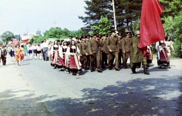 """Fotokonkursas """"Anykščiai ir apylinkės"""" (1975) - Vasaros šventė - eisenoje kareiviai"""