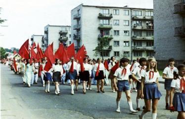 """Fotokonkursas """"Anykščiai ir apylinkės"""" (1975) - Vasaros šventė - eisenoje pionieriai"""