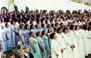 """Fotokonkursas """"Anykščiai ir apylinkės"""" (1975) - Vasaros šventė - jungtinis choras"""