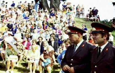 """Fotokonkursas """"Anykščiai ir apylinkės"""" (1975) - Vasaros šventė - milicininkai"""
