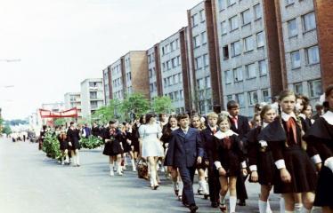 """Fotokonkursas """"Anykščiai ir apylinkės"""" (1975) - Vasaros šventė - mokinių eisena"""