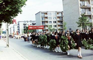 """Fotokonkursas """"Anykščiai ir apylinkės"""" (1975) - Vasaros šventė - mokinukių eisena"""