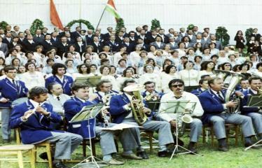 """Fotokonkursas """"Anykščiai ir apylinkės"""" (1975) - Vasaros šventė - orkestras ir choras"""