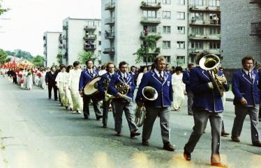 """Fotokonkursas """"Anykščiai ir apylinkės"""" (1975) - Vasaros šventė - eisenoje dudoriai"""