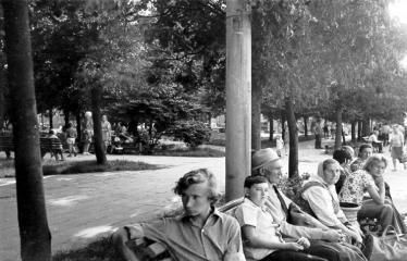 """Fotokonkursas """"Anykščiai ir apylinkės"""" (1975) - Žmonės ant suoliuko aikštėje"""