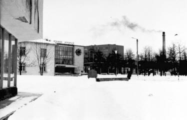 """Fotokonkursas """"Anykščiai ir apylinkės"""" (1979) - Aikštė prie Kultūros rūmų"""