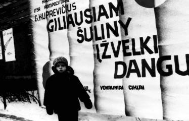 """Fotokonkursas """"Anykščiai ir apylinkės"""" (1979) - Prie plakato"""
