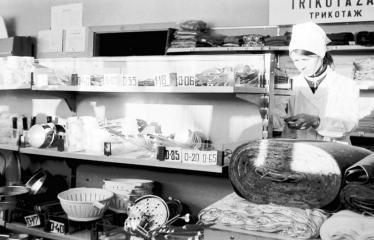 """Fotokonkursas """"Anykščiai ir apylinkės"""" (1979) - Troškūnų parduotuvėje"""