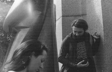 Analoginė fotografija - nuo A iki Z. Kūrybinės dirbtuvės su dr. Gintautu Trimaku - Edvinas Gogelis ir Eglė Kaladytė prie A. Baranausko skulptūros