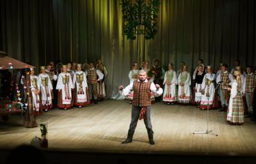 """Šventinis koncertas """"Ošimas…"""" - Šventinio koncerto akimirka, priekyje Žilvinas Pranas Smalskas"""