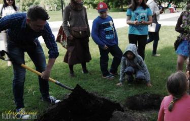 """Iniciatyvų popietė bendruomenei """"Biblioteka keičiasi"""" - Medelių sodinimas"""