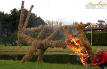 """Derliaus šventė """"Obuolinės"""" (2014) - Apeiginio ožio deginimas"""